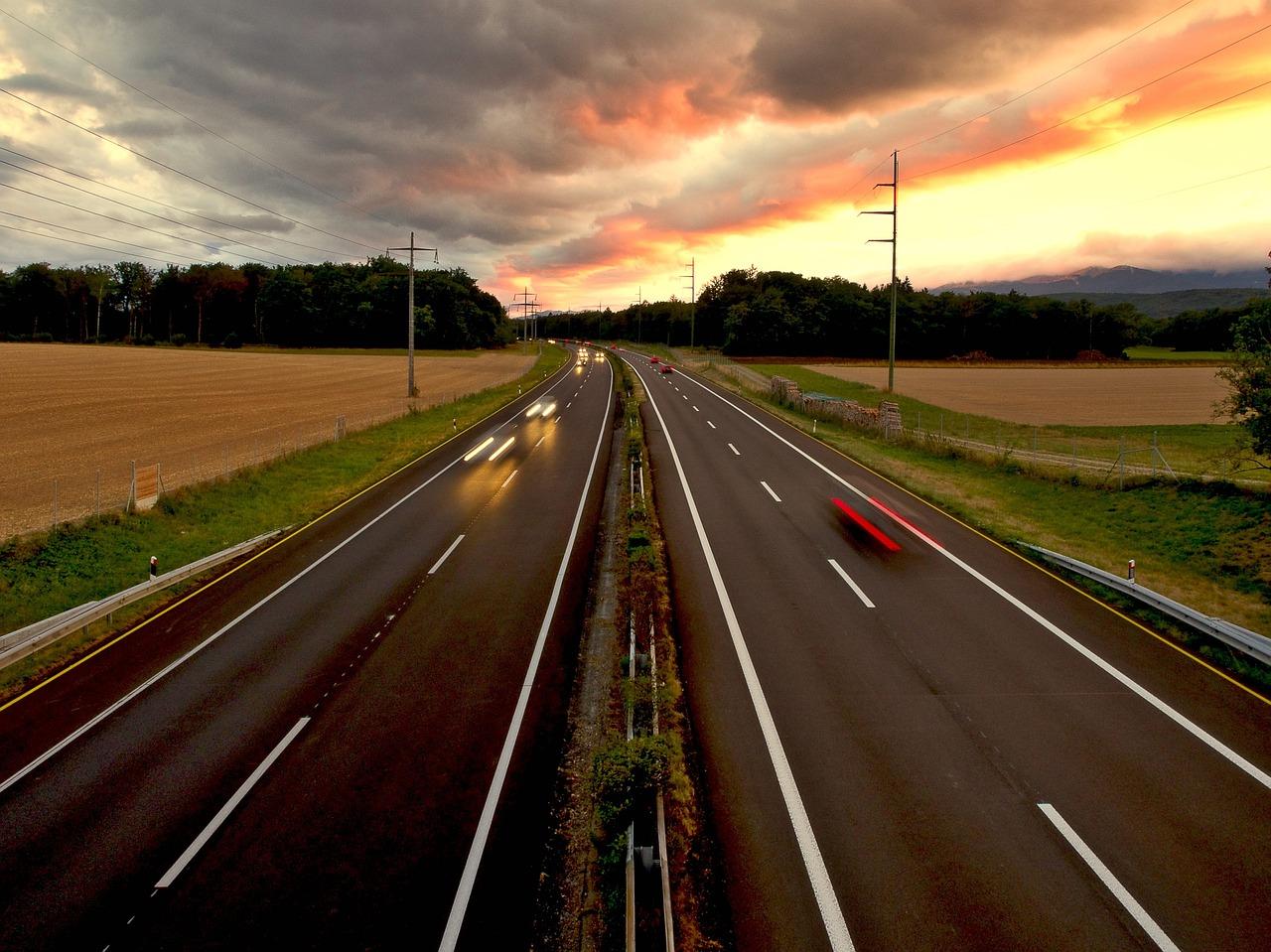 carretera con vehículos con seguro de coche