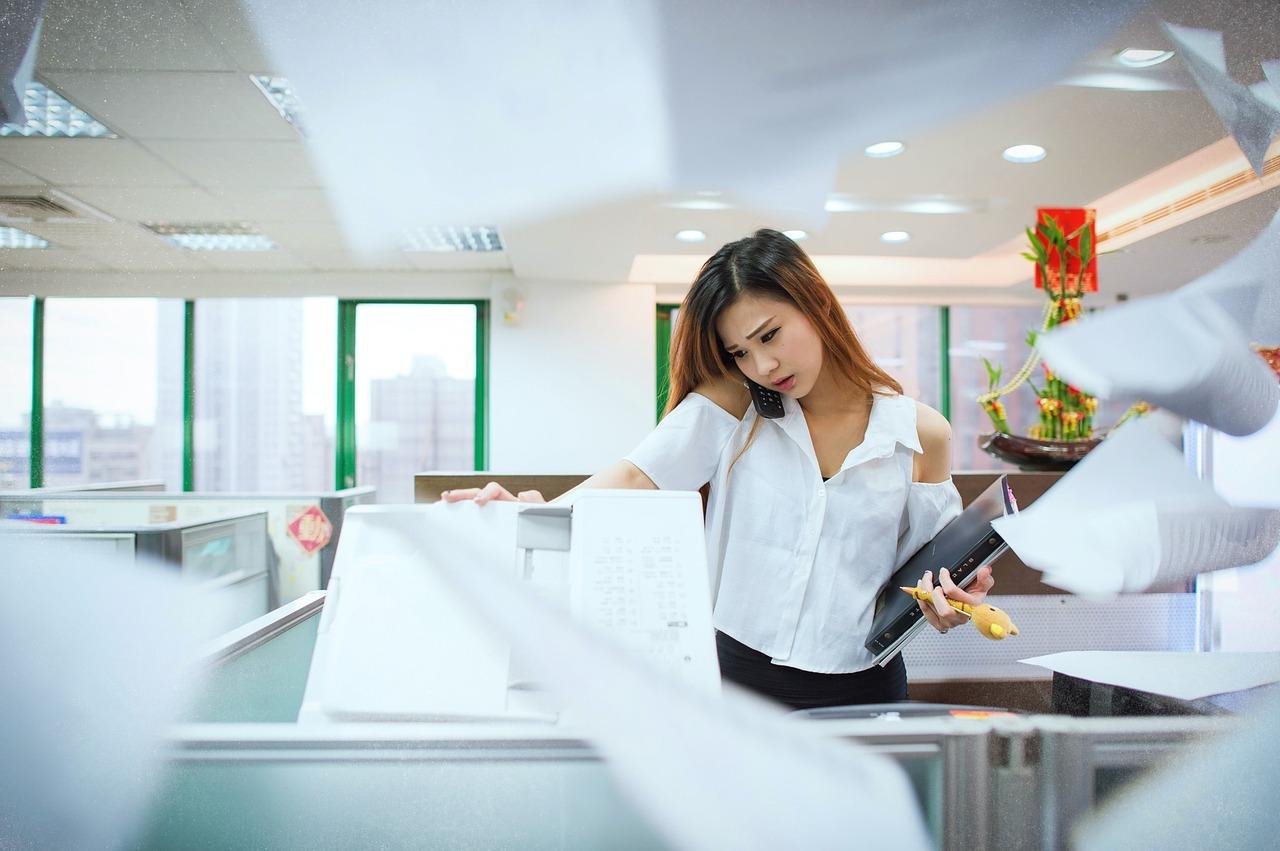 mujer trabajando en el ahorro de energía de empresas