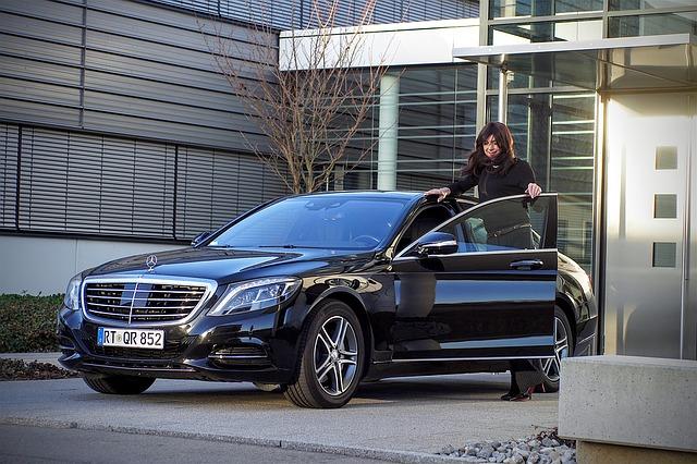 mujer que asegura su vehículo al calcular seguros de coche